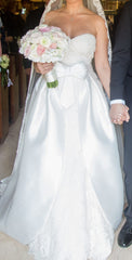 Rosa Clara 'Obadia VD ENCAJE NUDE' size 10 used wedding dress front view on bride
