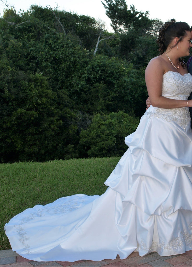David's Bridal 'WG3239' size 14 used wedding dress side view on bride
