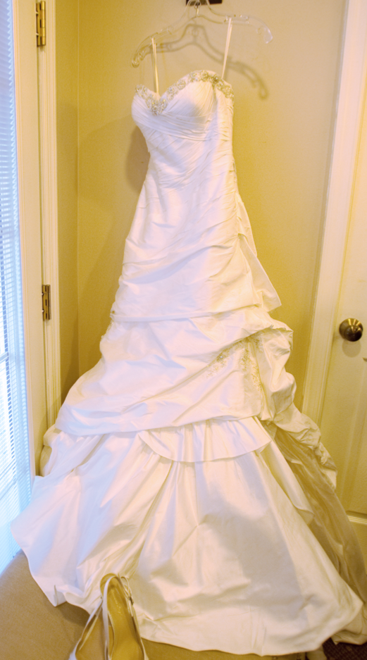 Justin Alexander '8506' size 4 used wedding dress front view on hanger