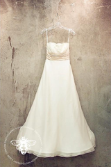 Monique Lhuillier 'Bliss' 0902 Wedding Dress - Monique Lhuillier - Nearly Newlywed Bridal Boutique - 2