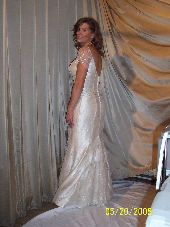 Michelle Roth 'Juliet' size 4 used wedding dress side view on bride