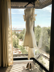 Carolina Herrera 'Faye' size 0 used wedding dress front view on hanger