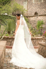 Enzoani 'Eva' size 6 used wedding dress side view on bride