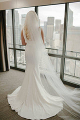 Oscar De La Renta '55N32 Ivory' size 6 used wedding dress back view on bride