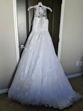 Load image into Gallery viewer, Vera Wang White 'Illusion Floral' size 4 new wedding dress front view on hanger