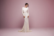 Load image into Gallery viewer, Daalarna 'FLW 915' size 6 sample wedding dress front view on model