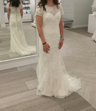 Load image into Gallery viewer, Vera Wang White 'Cap Illusion Lace' size 4 new wedding dress front view on bride