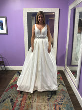 Load image into Gallery viewer, Calle Blanche '16127' size 8 new wedding dress front view on bride