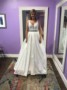 Calle Blanche '16127' size 8 new wedding dress front view on bride
