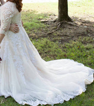 Load image into Gallery viewer, Eve Of Milady '120089/4298' size 20 used wedding dress side view on bride