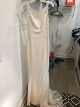 Load image into Gallery viewer, Galina Signature 'Sv771' wedding dress size-04 NEW