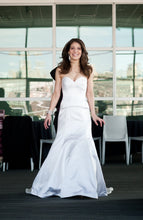 Load image into Gallery viewer, Junko Yoshioka 'Custom' size 0 used wedding dress front view on bride