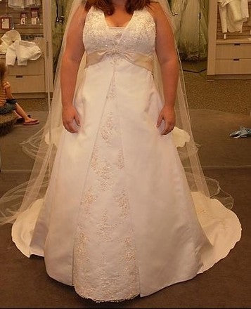 David's Bridal '9T9218' size 18 new wedding dress front view on bride