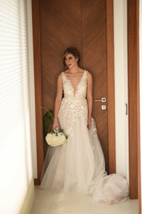 Mira Zwillinger 'Julie' size 6 new wedding dress front view on bride