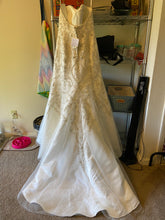 Load image into Gallery viewer, Oleg Cassini 'CWG706' wedding dress size-06 NEW