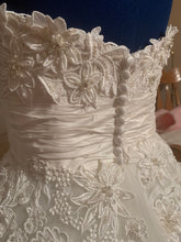 Load image into Gallery viewer, Justin Alexander '8465' size 4 new wedding dress back view on mannequin