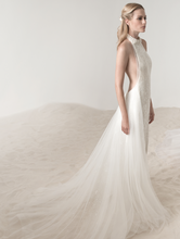 Load image into Gallery viewer, Lee Petra Grebenau 'Elinor' size 4 sample wedding dress side view on model
