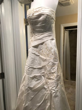 Load image into Gallery viewer, Demetrios '3002' wedding dress size-10 PREOWNED