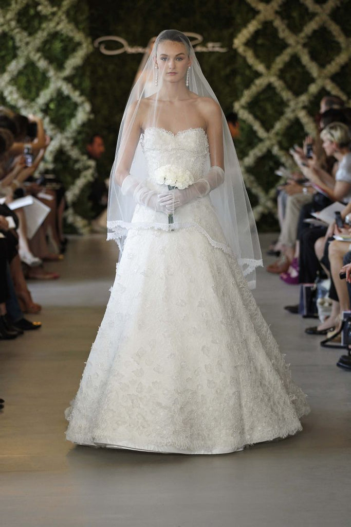 Oscar De La Renta 'Sweetheart Appliquéd' size 2 sample wedding dress front view on model