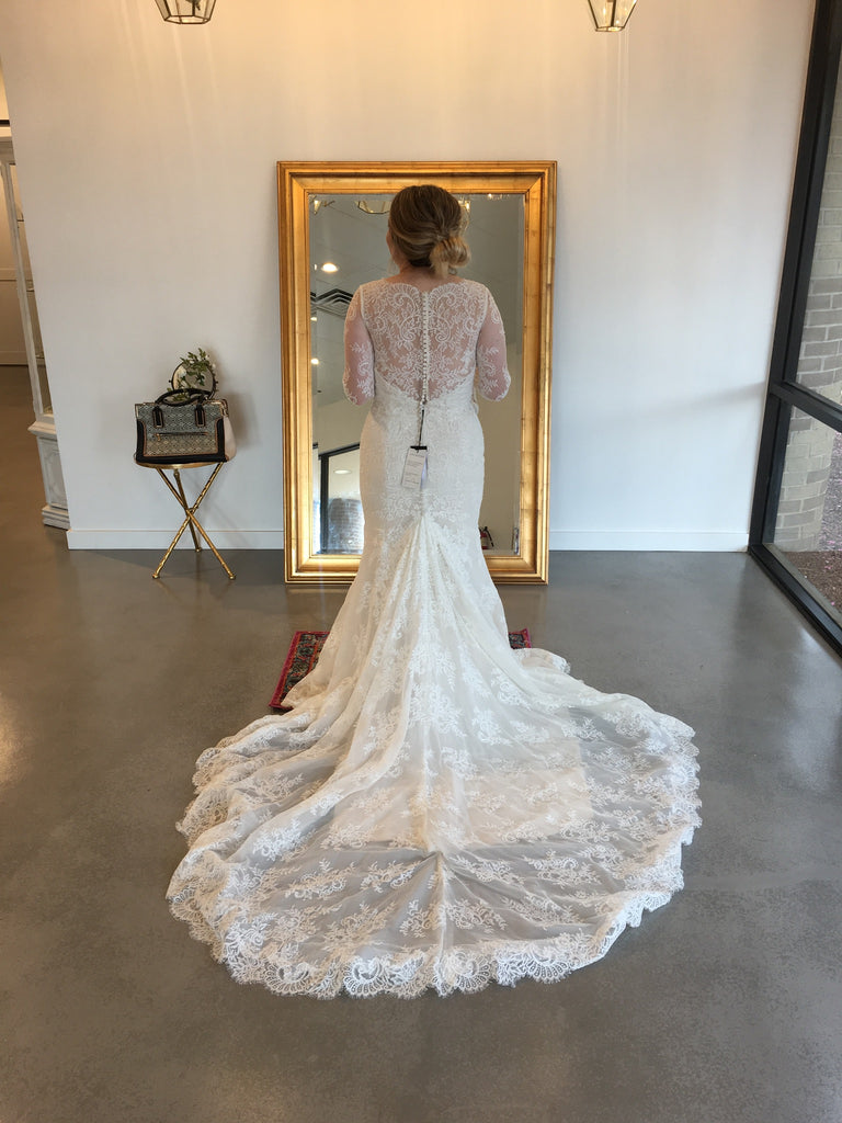 Justin Alexander '8918' size 12 used wedding dress back view on bride