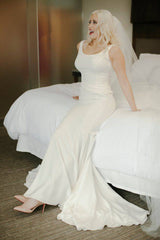 Oscar De La Renta '55N32 Ivory' size 6 used wedding dress front view on bride