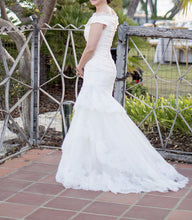 Load image into Gallery viewer, Carolina Herrera 'Andrea' - Carolina Herrera - Nearly Newlywed Bridal Boutique - 2