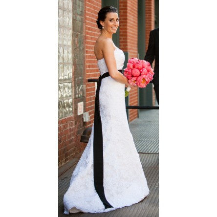 Oscar de la Renta Alencon Lace Gown - Oscar de la Renta - Nearly Newlywed Bridal Boutique - 3