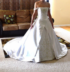 Alfred Sung '6572' size 4 used wedding dress side view on bride