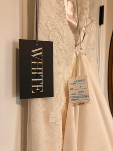 Vera Wang White '351427' size 4 new wedding dress back view on hanger