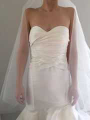 Oscar de la Renta '22n07' size 2 new wedding dress front view on bride