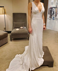 Monique Lhuillier 'V Neck Lace' size 2 new wedding dress front view on bride