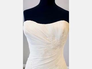 Enzoani 'Casablanca' size 6 new wedding dress front view close up