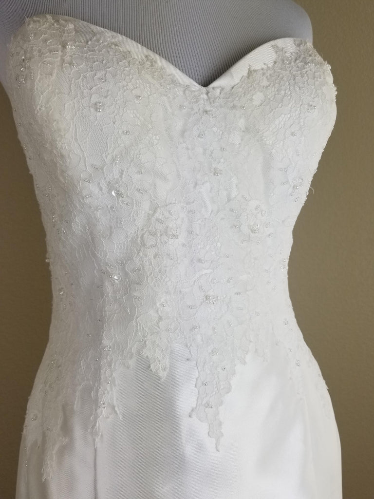 Alfred Angelo '400 Diamond White' size 10 new wedding dress front view on mannequin
