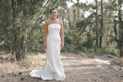 Le Spose Di Gio 'CL-12 or R15' size 4 used wedding dress front view on bride