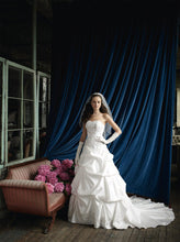 Load image into Gallery viewer, David's Bridal 'WG3239' - David's Bridal - Nearly Newlywed Bridal Boutique - 3