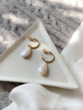 Load image into Gallery viewer, Handmade freshwater pearl and gold filled hammered hoop earrings