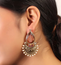 Load image into Gallery viewer, Glittering Golden earrings