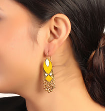 Load image into Gallery viewer, Vertical Magic Earrings In Yellow