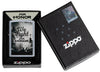Frontansicht Zippo Feuerezug Street Chrome Color Image mit und We Fight for Honor Schriftzug in geöffneter Geschenkverpackung