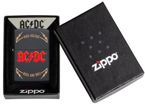 Frontansicht Zippo Feuerzeug AC/DC Cover Black Matte, High Voltage Rock and Roll Logo in offener AC/DC Verpackung