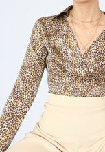 Load image into Gallery viewer, Vintage Silk Leopard Print Collared Blouse (S)