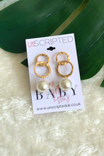 Load image into Gallery viewer, Gold circle pearl earrings