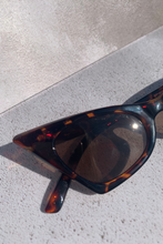 Load image into Gallery viewer, Printed pointed sunglasses
