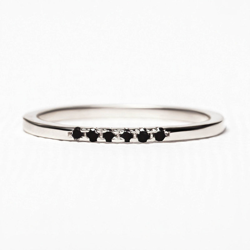 fine bague alliance en or blanc et diamant noirs