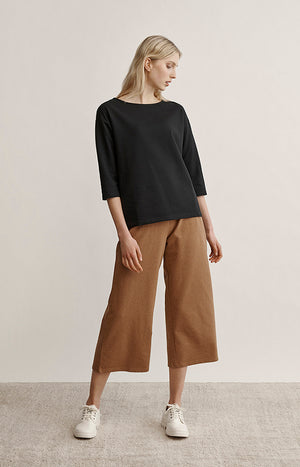Wide leg college pants with elastic waist. Color brown.