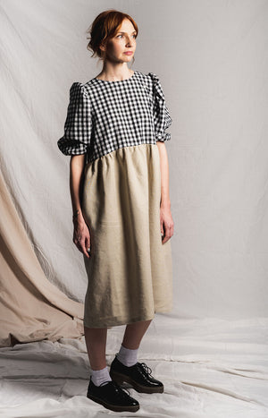 Dress with half-length puff sleeves