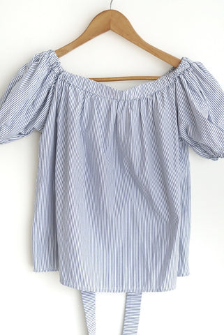 Blusa off-shoulder azul a rayas