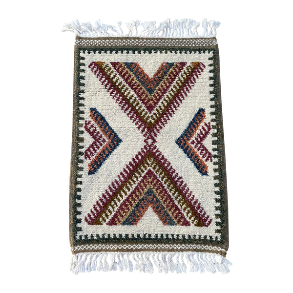 Unique Moroccan throw rug with geometric pattern design - Kantara | Moroccan Rugs