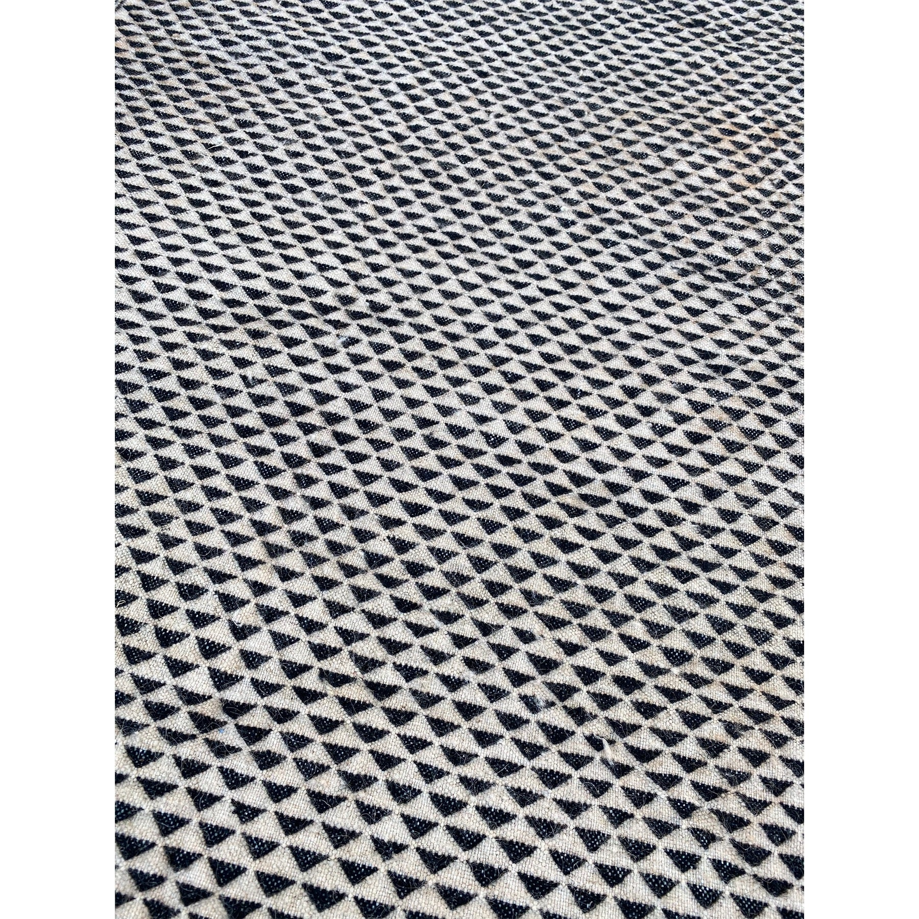 White and black flatweave kilim with geometric triangle pattern - Kantara | Moroccan Rugs