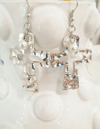 Hammered cross cut out earring with pearl